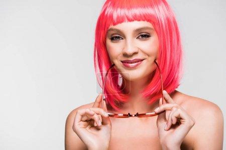 Photo pour Femme heureux dans la perruque rose et les lunettes de soleil à la mode d'isolement sur le gris - image libre de droit