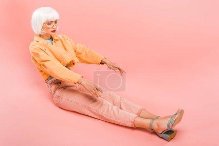 Photo pour Femme attirante dans la perruque blanche posant comme une poupée sur le rose - image libre de droit