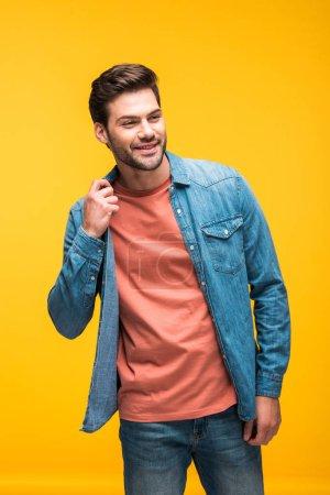 Photo pour Homme beau de sourire posant isolé sur le jaune - image libre de droit