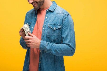 Photo pour Vue cultivée de l'homme retenant l'argent d'isolement sur le jaune - image libre de droit