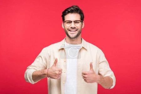 Foto de Hombre guapo feliz mostrando pulgares hacia arriba Aislado en rosa - Imagen libre de derechos