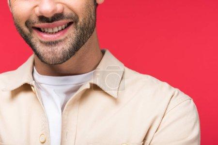 Photo pour Vue recadrée de l'homme barbu souriant Isolé Sur rose - image libre de droit