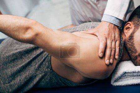 Photo pour Bras d'étirement de physiothérapeute du patient à l'hôpital - image libre de droit