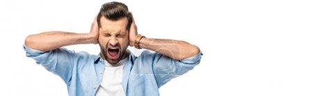 Photo pour Prise de vue panoramique de l'homme criant couvrant les oreilles avec les mains isolé sur blanc avec espace de copie - image libre de droit