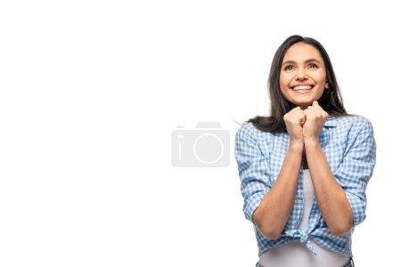 fille souriante avec les poings serrés isolé sur blanc avec espace de copie