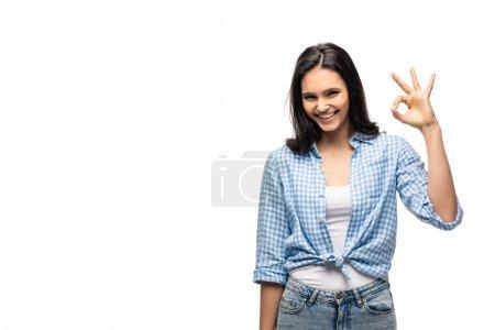 Photo pour Fille heureuse affichant le signe ok d'isolement sur le blanc avec l'espace de copie - image libre de droit