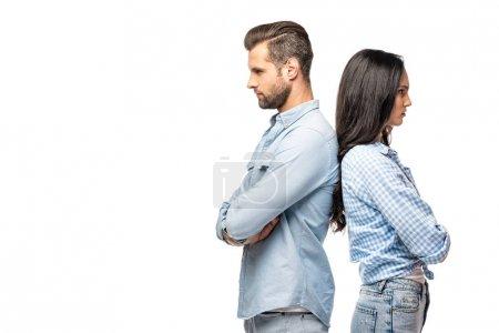 Photo pour Homme bouleversé et jeune femme restant dos à dos avec les bras croisés isolés sur le blanc - image libre de droit
