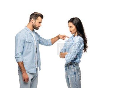 Photo pour Homme fâché pointant avec le doigt à la jeune femme d'isolement sur le blanc - image libre de droit