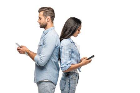 Photo pour Homme et jeune femme utilisant des smartphones isolés sur blanc - image libre de droit