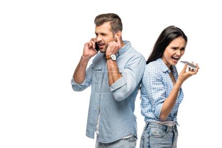 Photo pour Homme et jeune femme ayant le mauvais signal tout en parlant sur des smartphones isolés sur le blanc - image libre de droit