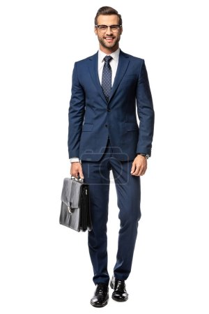 Photo pour Bel homme d'affaires souriant en costume avec mallette isolé sur blanc - image libre de droit
