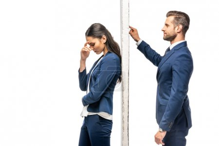 Photo pour Beau homme d'affaires et belle femme d'affaires séparée par le mur d'isolement sur le blanc - image libre de droit
