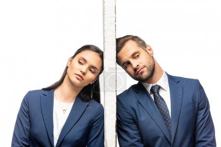 Photo pour Homme d'affaires et femme d'affaires bouleversé séminlais séparé par le mur isolé sur le blanc - image libre de droit