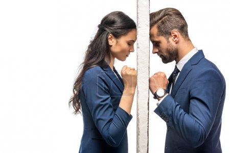 Photo pour Homme d'affaires triste et femme d'affaires séparés par le mur d'isolement sur le blanc - image libre de droit