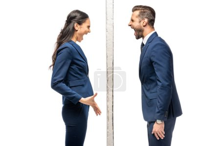 Photo pour Homme d'affaires et femme d'affaires fâchés séparés par le mur criant isolé sur le blanc - image libre de droit