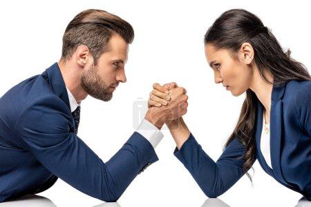 Photo pour Homme d'affaires et femme d'affaires dans le bras de fer formel d'usure d'isolement sur le blanc - image libre de droit