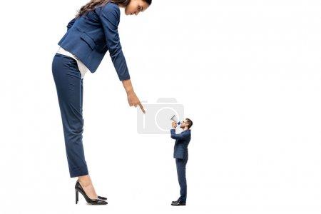 Photo pour Petit homme d'affaires criant dans embout à grande femme d'affaires pointant du doigt isolé sur blanc - image libre de droit