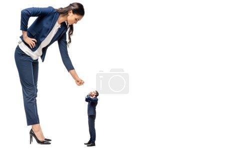 Photo pour Grande femme d'affaires montrant poing serré à petit homme d'affaires isolé sur blanc - image libre de droit