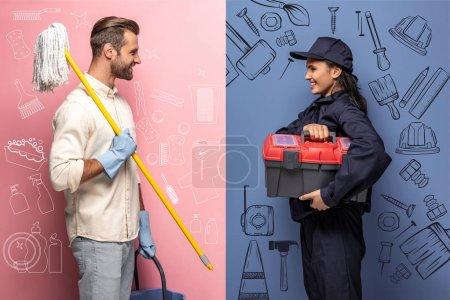 Photo pour Homme de sourire dans des gants en caoutchouc avec la vadrouille et la femme dans l'uniforme de travailleur de construction avec la boîte d'outil sur le bleu et le rose - image libre de droit