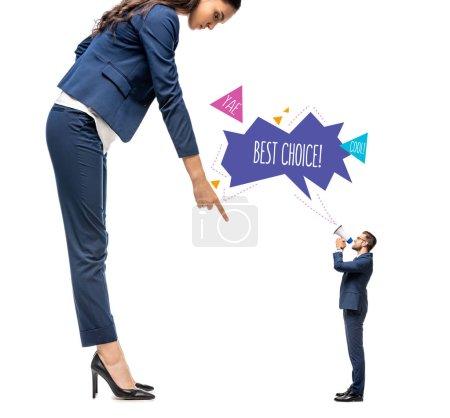 Photo pour Petit homme d'affaires criant dans l'embout buccal à la grande femme d'affaires pointant avec le doigt isolé sur le blanc avec le lettrage de meilleur choix - image libre de droit