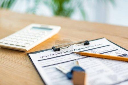 Photo pour Selective focus of clipboard with document near pencil, keys and calculator - image libre de droit