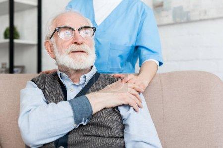 Photo pour Médecin soutien patient âgé, mettre les mains sur son épaule - image libre de droit