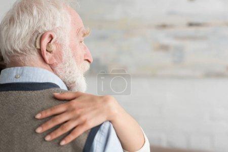 Photo pour Vue recadrée de femme mettant la main sur l'homme aux cheveux gris - image libre de droit