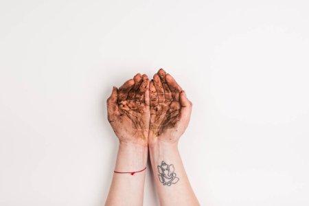 Photo pour Vue recadrée de la femme avec les mains sales sur le blanc - image libre de droit