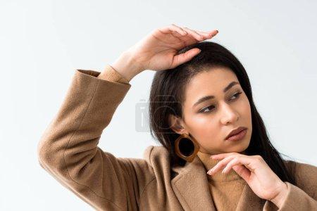 Photo pour Jolie brune africaine américaine jeune femme posant d'isolement sur le blanc - image libre de droit