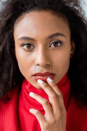 Photo pour Fermez-vous vers le haut de la fille américaine africaine de brunette attirante regardant l'appareil-photo - image libre de droit