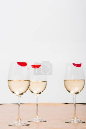 Photo pour Red lipstick prints on champagne glasses with alcohol on white - image libre de droit