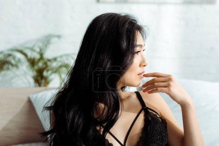Photo pour Femme asiatique sexy dans le soutien-gorge noir de dentelle dans la chambre à coucher - image libre de droit