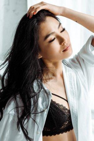 Photo pour Femme thaï eillin attrayante dans le soutien-gorge de dentelle et le cheveu blanc de contact de chemise - image libre de droit