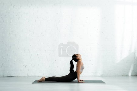 Photo pour Pretty thai woman doing exercise on yoga mat - image libre de droit