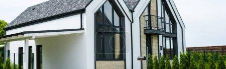 Photo pour Plan panoramique de la nouvelle maison moderne et de luxe avec des fenêtres - image libre de droit