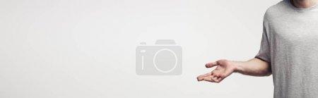 Photo pour Vue partielle de l'homme affichant le geste de haussement d'épaules d'isolement sur le fond gris, l'émotion humaine et le concept d'expression - image libre de droit