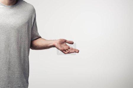Photo pour Vue recadrée de l'homme affichant le geste de haussement d'épaules isolé sur le concept gris, d'émotion humaine et d'expression - image libre de droit