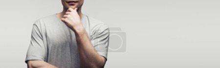 Photo pour Vue recadrée de main de fixation d'homme près du visage d'isolement sur le gris, projectile panoramique, concept humain d'émotion et d'expression - image libre de droit