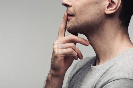 Photo pour Vue partielle de l'homme muet affichant le signe de silence d'isolement sur le concept gris, d'émotion et d'expression humaine - image libre de droit