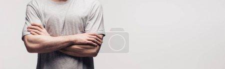 Photo pour Vue recadrée de l'homme restant avec les bras croisés d'isolement sur le gris, le projectile panoramique, l'émotion humaine et le concept d'expression - image libre de droit