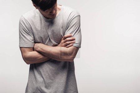 Photo pour Jeune homme mécontent restant avec les bras croisés isolés sur le concept gris, d'émotion humaine et d'expression - image libre de droit
