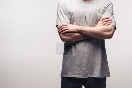 Photo pour Vue partielle de l'homme dans le t-shirt gris restant avec les bras croisés isolés sur le concept gris, d'émotion humaine et d'expression - image libre de droit