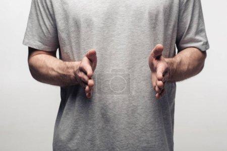 Photo pour Vue partielle de l'homme affichant le geste de taille d'isolement sur le concept gris, d'émotion humaine et d'expression - image libre de droit