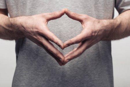 Photo pour Vue recadrée de l'homme utilisant le langage corporel et montrant le geste de clocher isolé sur le concept gris, d'émotion humaine et d'expression - image libre de droit