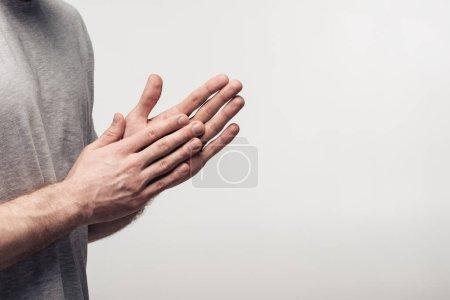 Photo pour Vue partielle de l'homme se frottant des mains d'isolement sur le concept gris, d'émotion et d'expression humaine - image libre de droit