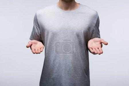 Photo pour Vue recadrée de l'homme montrant les mains ouvertes isolées sur le concept gris, émotion humaine et expression - image libre de droit