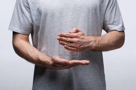 Photo pour Vue partielle de l'homme faisant des gestes avec des mains tout en utilisant le langage corporel isolé sur le concept gris, d'émotion humaine et d'expression - image libre de droit