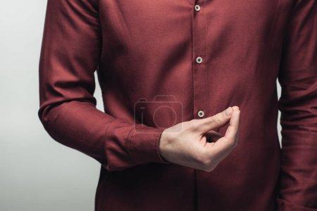 Photo pour Vue recadrée de l'homme affichant le geste d'argent isolé sur le concept gris, d'émotion humaine et d'expression - image libre de droit