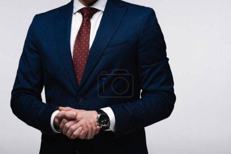 Photo pour Vue partielle de l'homme d'affaires confiant avec les mains serrées isolé sur gris, émotion humaine et concept d'expression - image libre de droit