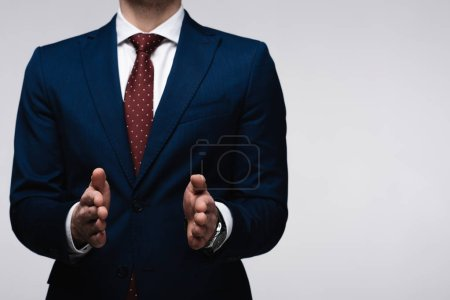 Photo pour Vue recadrée de l'homme d'affaires confiant montrant geste de taille isolé sur gris, émotion humaine et concept d'expression - image libre de droit